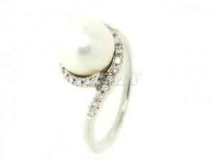 Bague en or, perle de culture et diamants 0.16ct