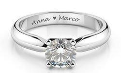 incisione nomi e simbolo del cuore su anello solitario